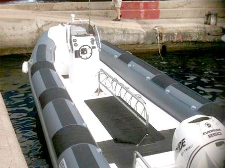 Le bateau du centre accueil jusqu'à 28 plongeurs